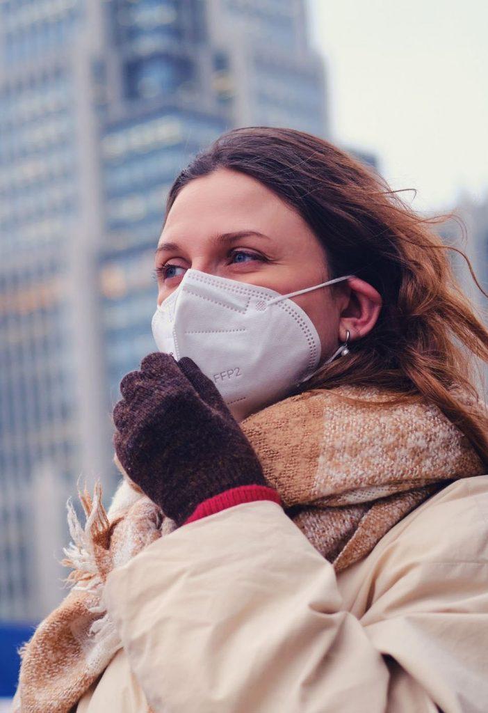 femme-porte-masque-protection-covid-19-FFP2