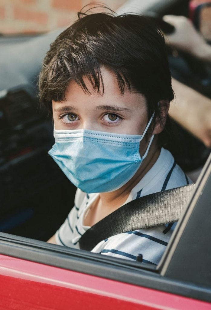 enfant-porte-masque-chirurgical-voiture