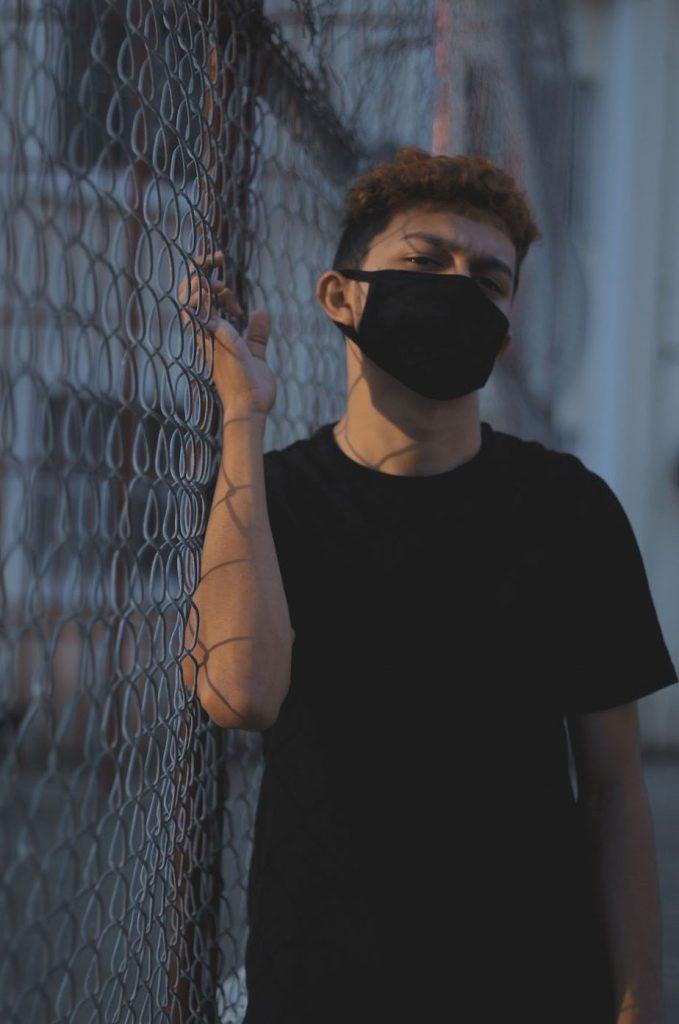 homme-masque-tissu-noir