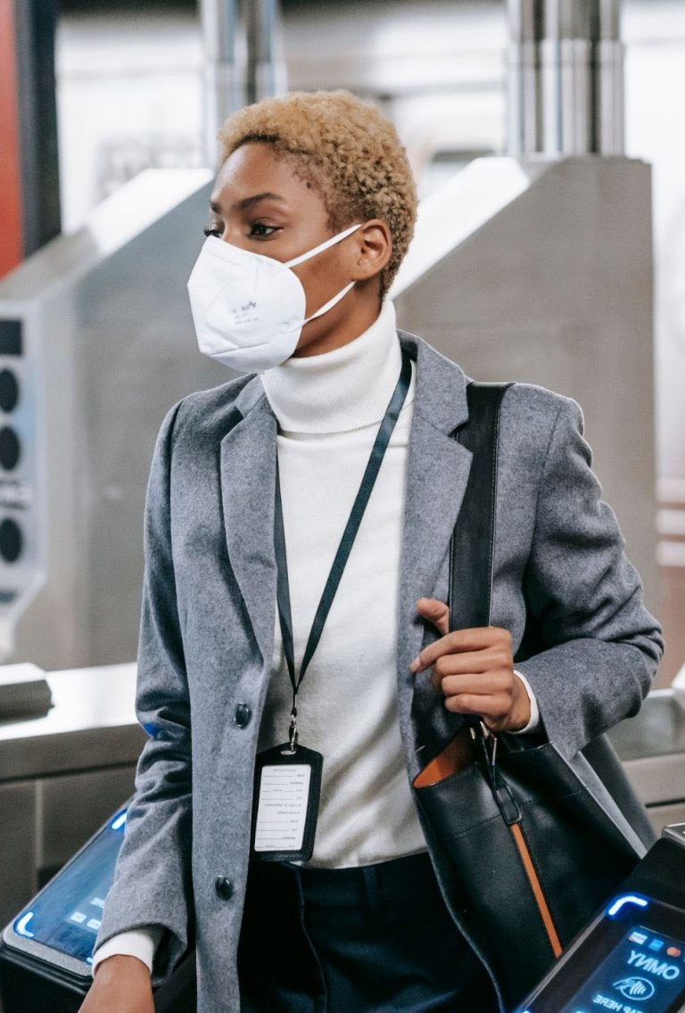 femme-porte-masque-protection-covid-19-portique