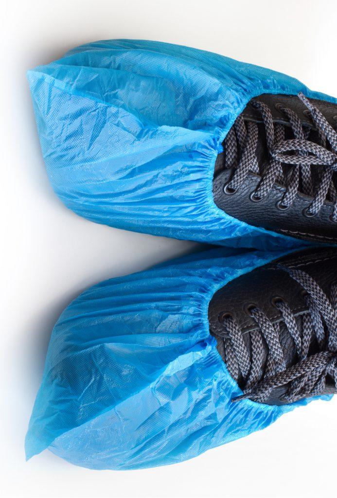 paire-de-surchaussures-bleues-baskets-noires
