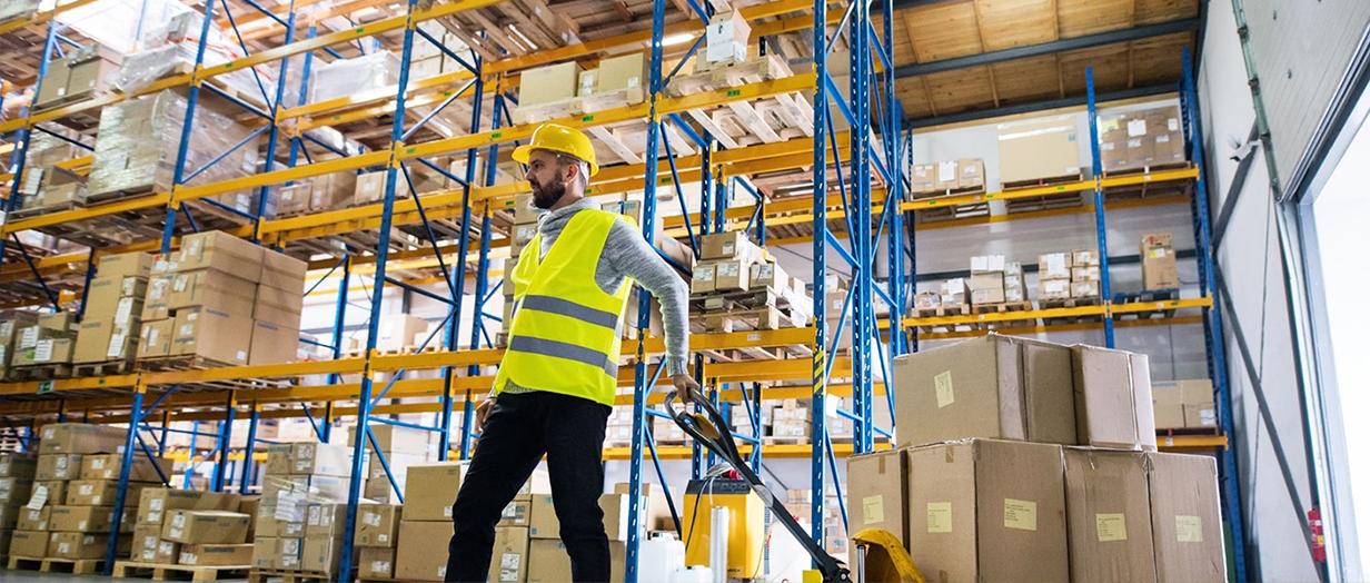stockage-logistique-pps-universal-distrib-employé-entrepot-mitry
